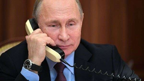 Президент РФ Владимир Путин во время разговора по телефону с одним из участников проекта Мечтай со мной Арсланом Каипкуловым. 25 декабря 2018