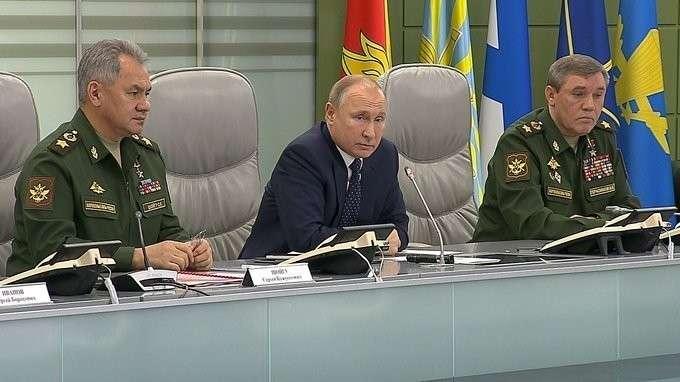 Владимир Путин посетил Национальный центр управления обороной