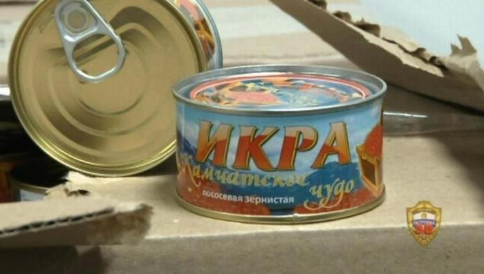 В Москве подпольный цех с нелегалами производил «пластмассовую» красную икру