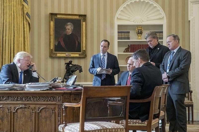 Телефонный разговор Дональда Трампа в Белом доме. Фото: EAST NEWS