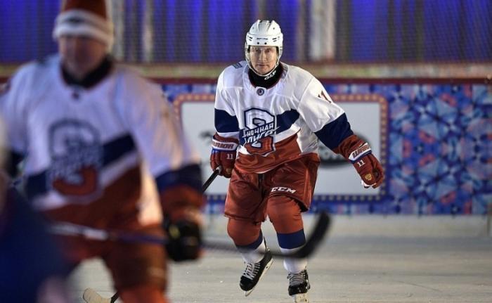 Владимир Путин на катке на Красной площади сыграл в товарищеском матче Ночной хоккейной лиги
