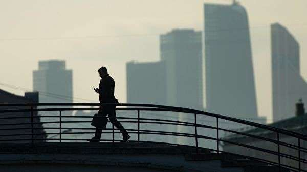 Прохожий на Садовническом мосту в Москве