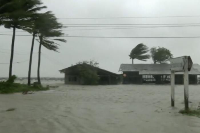 Ураган Пабук в Таиланде отрезал десятки тысяч туристов отмира