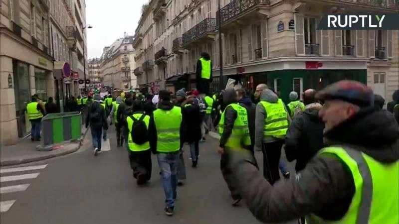 В Париже Желтые жилеты вновь атакуют Макрона