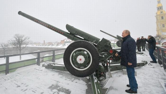 Владимир Путин в Петропавловской крепости выстрелил из пушки и осмотрел ледовые скульптуры