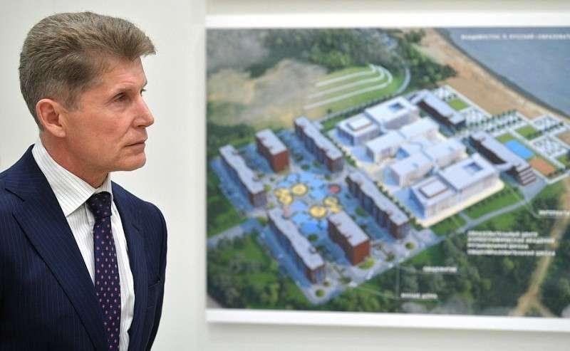 Врио губернатора Приморского края Олег Кожемяко вовремя осмотра макетов культурно-образовательных комплексов, создаваемых всубъектах Российской Федерации.