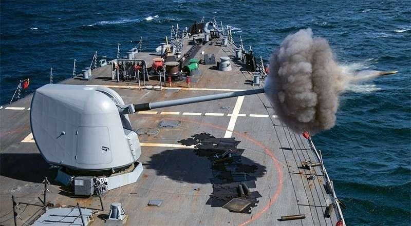 Корабль ВМФ США дал залп «золотыми болванками»