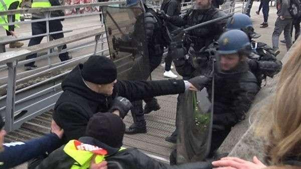 Кулаки, огонь и дым - массовые протесты продолжаются во Франции