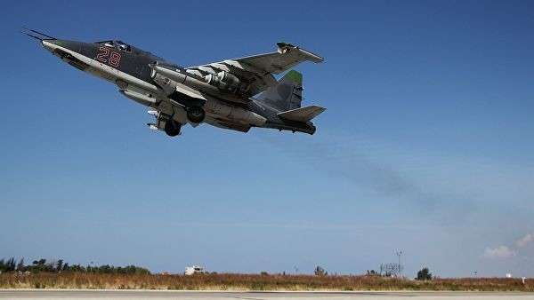 Российский штурмовик Су-25 взлетает с авиабазы Хмеймим в Сирии