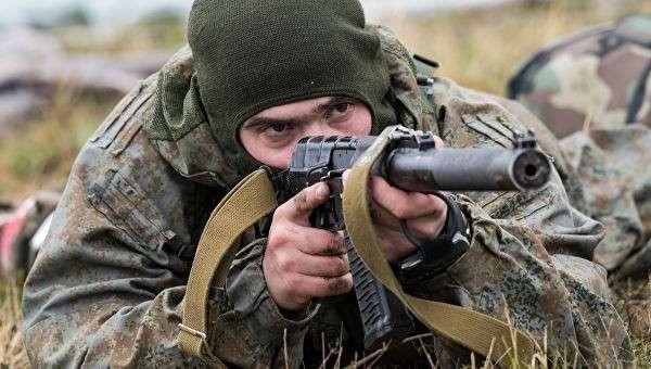 Российский военнослужащий во время совместных учений ВДВ России, Белоруссии и Сербии Славянское братство-2016 в Сербии