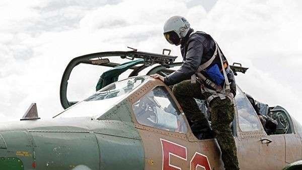 Пилот садится в штурмовик Су-25 ВКС России на авиабазе Хмеймим в Сирии