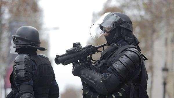 Сотрудники правоохранительных органов во время акции протеста участников движения автомобилистов желтые жилеты в районе Триумфальной арки в Париже. 8 декабря 2018