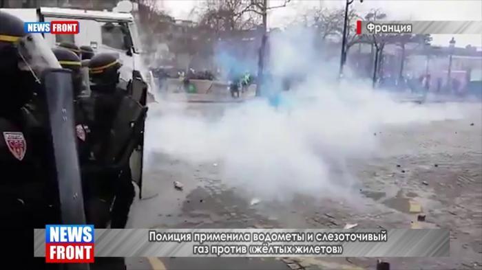 В Париже полиция против протестующих «жёлтых жилетов» применила слезоточивый газ и водомёты