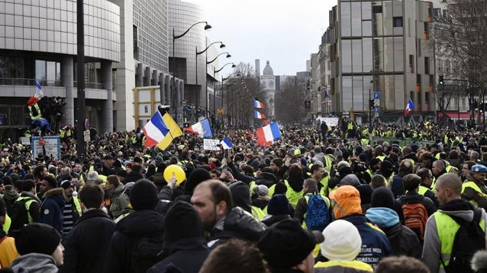Протесты во Франции. Парижская полиция пустила в ход слезоточивый газ