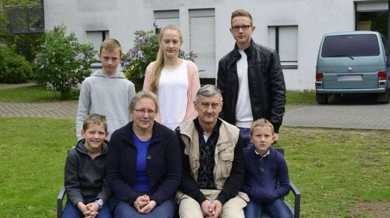 Семья русских немцев не может оформить документы из-за бюрократических проволочек