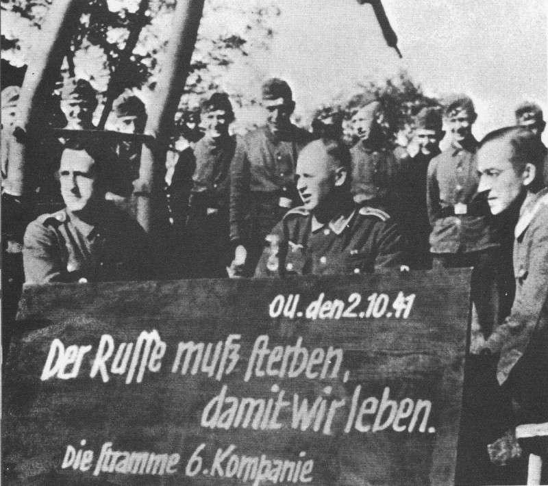 1941 год. Немцы у школьной доски с надписью
