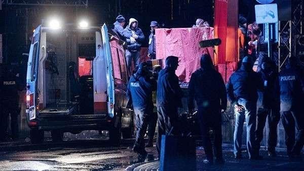 Сотрудники экстренных служб Польши на месте нападения на мэра Гданьска Павла Адамовича. 13 января 2019