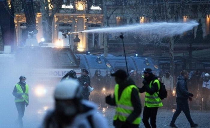 Представьте реакцию СМИ, если бы Путин или Орбан так же обращались с протестующими как Макрон!