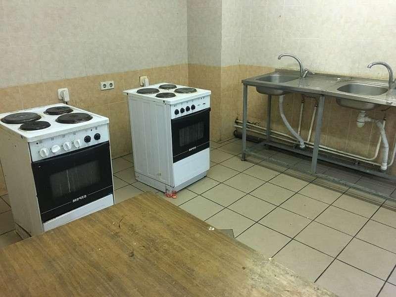 На каждом этаже есть одна общая кухня - с двумя мойками и двумя электроплитами. Фото: Павел КЛОКОВ