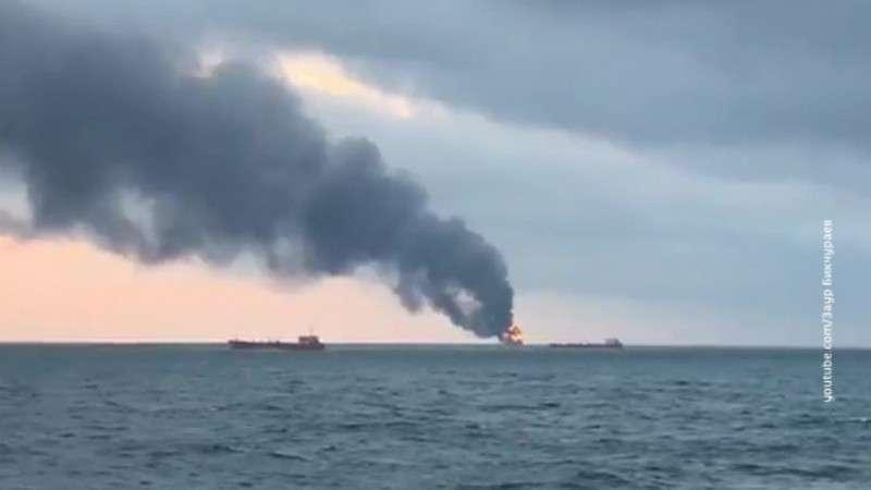 В Керченском проливе загорелось два судна, погибло не менее 10 моряков