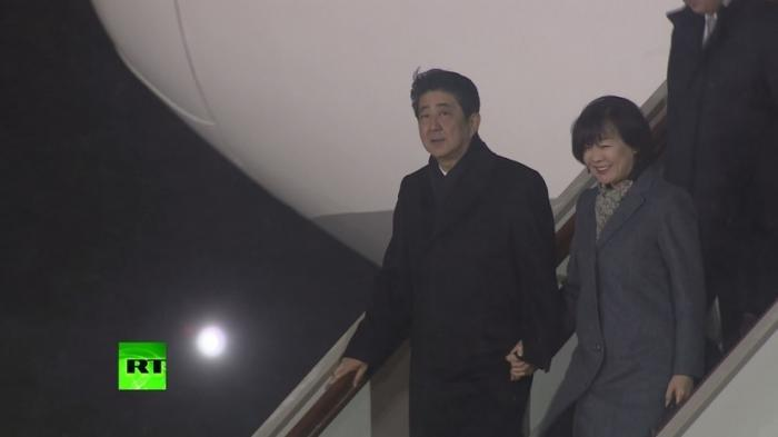 Премьер Японии Синдзо Абэ прибыл в Москву на переговоры с Владимиром Путиным