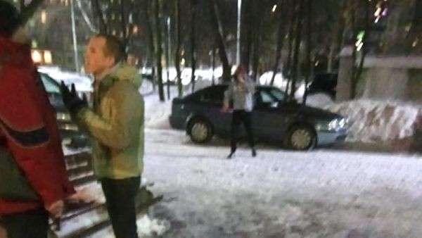 Конфликт произошел возле подъезда (возле машины стоит Алексей Куриленко, а справа лежит тот самый кирпич)