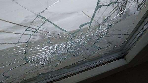 На следующий день после инцидента неизвестные разбили Кириллу окно