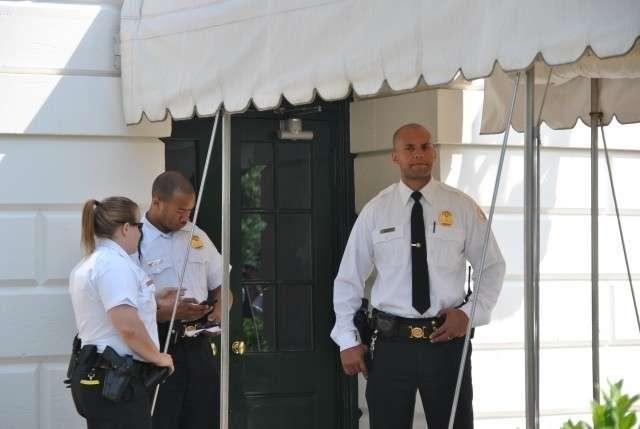 Охрана у дверей Белого дома