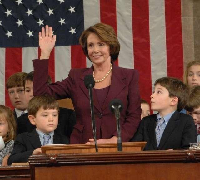 Нэнси Пелоси приносит присягу перед вступлением в должность спикера палаты представителей Конгресса США