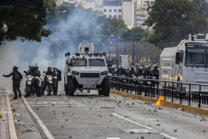 Венесуэла разрывает дипломатические отношения с США, в Каракас введена бронетехника