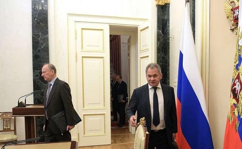 Секретарь Совета Безопасности Николай Патрушев (слева) иМинистр обороны Сергей Шойгу перед началом совещания спостоянными членами Совета Безопасности.