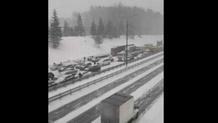 Под Москвой сильный снегопад спровоцировал массовое ДТП: столкнулись 50 машин