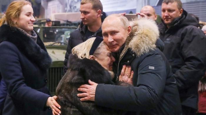 Владимир Путин не дал охраннику помешать беседе с жителями Санкт-Петербурга