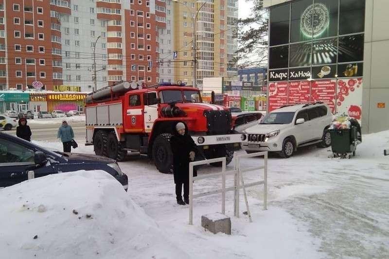 Люди оказались на улице из-за срочной эвакуации. Фото: Станислав Трефелов.