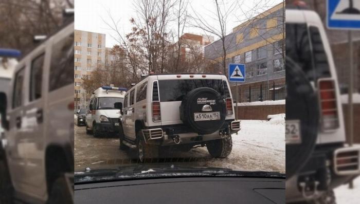 В Нижнем Новгороде пьяный бизнесмен на «Хаммере» на целый час перегородил дорогу скорой помощи