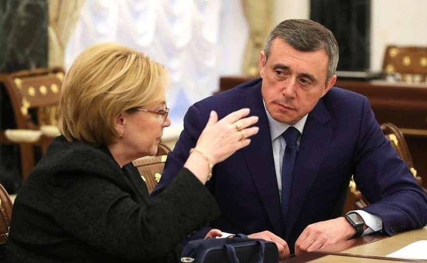 Министр здравоохранения Вероника Скворцова ивременно исполняющий обязанности губернатора Сахалинской области Валерий Лимаренко перед началом совещания счленами Правительства.