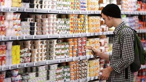 Покупатель выбирает молочную продукцию