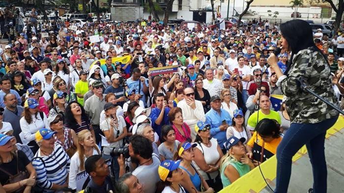 Переворот в Венесуэле. Тысячи протестующих вышли на улицы городов