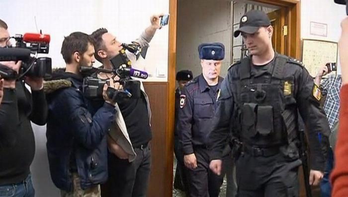 Обыски по делу Арашуковых: обнаружены пачки денег, слитки золота и оружие