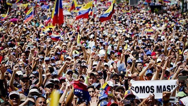 Переворот в Венесуэле. Майданщики блокировали движение и жгут шины на автомагистрали