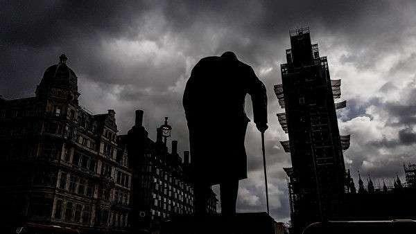 Памятник бывшему премьер-министру Великобритании Уинстону Черчиллю (скульптор Айвор Роберт-Джонс) на Парламентской площади и башня Вестминстерского дворца (Биг-Бен)