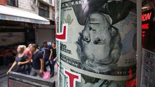 Люди проходят мимо пункта обмена валюты в Стамбуле. 17 августа 2018