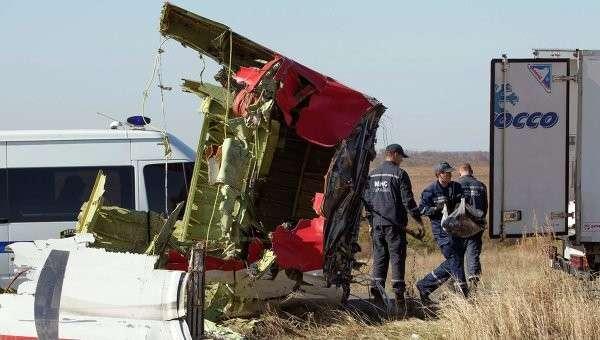 На месте крушения boeing компании Malaysia Airlines возле деревни Грабовое Донецкой области 13 октября 2014
