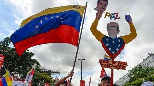 Сторонники президента Венесуэлы Николаса Мадуро во время мероприятия в честь 26-летия колективос El Caracazo в Каракасе. 2015 год