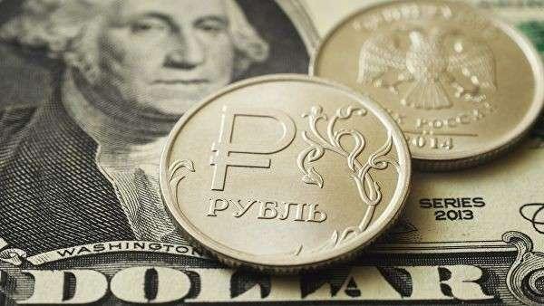 Монеты номиналом один рубль на банкноте один доллар США. Архивное фото