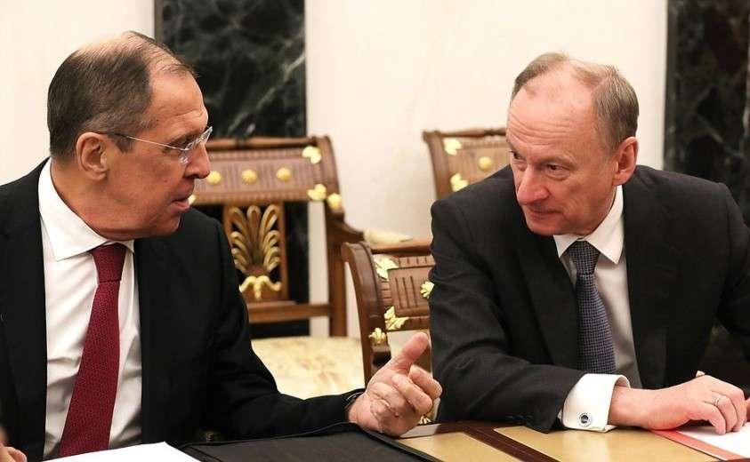 Министр иностранных дел Сергей Лавров (слева) иСекретарь Совета Безопасности Николай Патрушев перед началом совещания спостоянными членами Совета Безопасности.