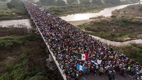 Мигранты из Гондураса, направляющиеся к границе США, на дороге в Южной Мексике. Архивное фото