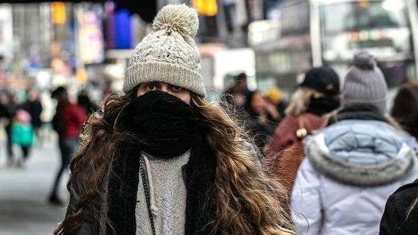 Девушка в холодную погоду на Манхэттене в Нью-Йорке