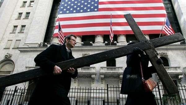 Крест у здания Нью-Йоркской фондовой биржи