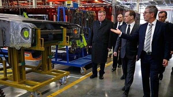 Председатель правительства РФ Дмитрий Медведев во время посещения машиностроительного завода КЛААС в Краснодаре. 18 января 2019